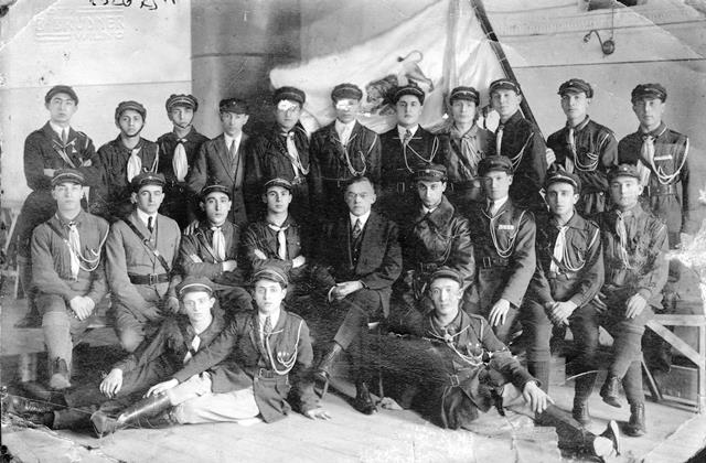 Zeev Jabotinsky sits with Betar Vilna trainees 22/03/1927